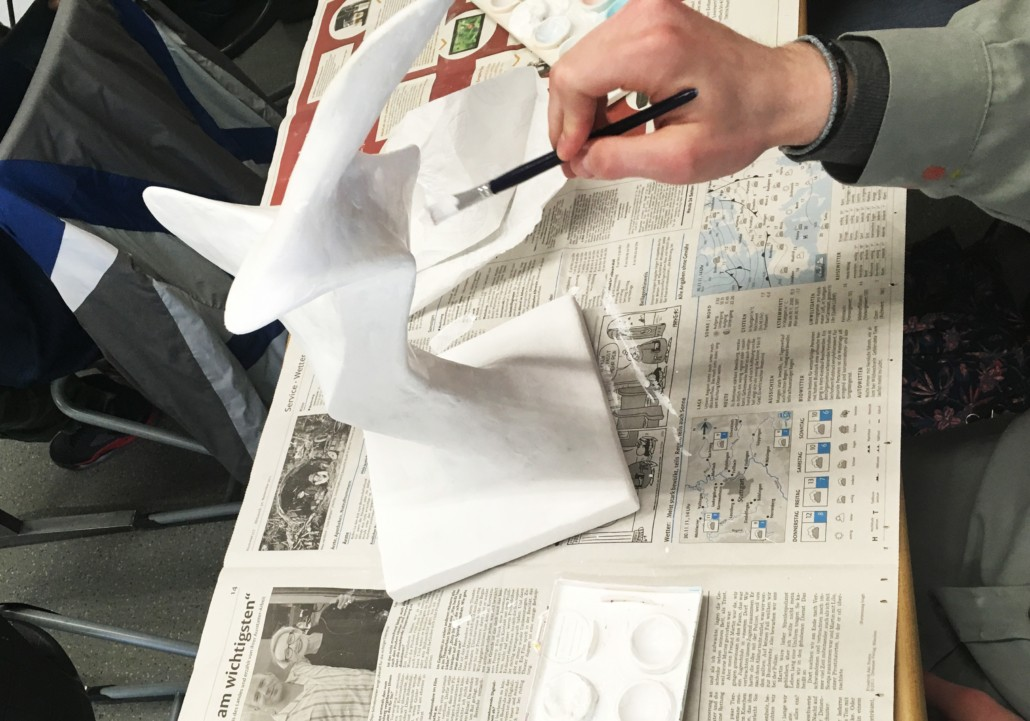 ABSTRAKTE GIPSPLASTIKEN DREIDIMENSIONALES GESTALTEN MIT DRAHT, STRÜMPFEN UND GIPS - Strumpfskulptur - Arbeitsprozess Grundierung weiße Farbe Pinsel