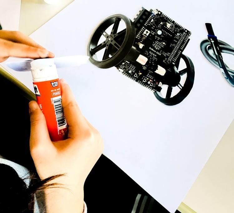 THE ROBOTS ARE COMING - Roboter-Collagen im Kunstunterricht - Kleben